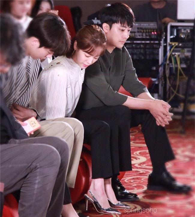 Nam Joo Hyuk ga lăng cởi áo khoác cho chị đẹp Han Ji Min, fan lại đùng đùng gọi hồn người này - Ảnh 5.