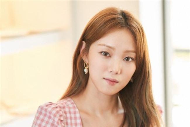 Nam Joo Hyuk ga lăng cởi áo khoác cho chị đẹp Han Ji Min, fan lại đùng đùng gọi hồn người này - Ảnh 6.