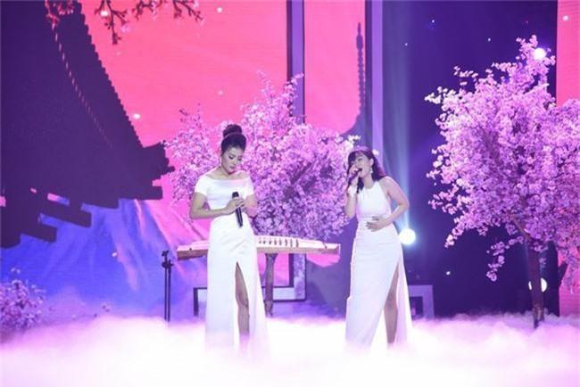 Hết nhận xét Lan Cave Thanh Hương biểu hiện lố, Thu Phương bỏ ghế nóng lên sân khấu song ca cùng cô - Ảnh 2.