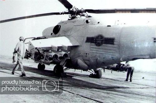 Ngoài ra, trực thăng Mi-24 bản xuất khẩu cho Việt Nam được trang bị đại liên Afanasev A-12.7 cỡ 12,7mm một nòng ở đầu mũi máy bay, đạt tốc độ bắn 800.1.100 phát/phút. Các biến thể Mi-24A/D/P sau này của Liên Xô chuyển sang sử dụng khẩu Yak-B 12,7mm 4 nòng hoặc pháo 30mm nòng kép. Trong ảnh là trực thăng Mi-24A của KQND Việt Nam chuẩn bị cho một chiến dịch ở Campuchia.