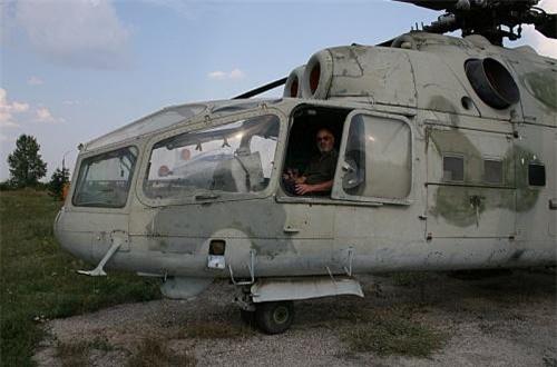 So với các loại Mi-24 đang hoạt động hiện nay, Mi-24A của Việt Nam có đôi nét khác biệt đáng kể ở buồng lái máy bay. Trong khi các thế hệ Mi-24 của Không quân Nga dùng kiểu buồng lái kính phồng bọt đôi, thì Mi-24A đời đầu có buồng lái khá to, nhìn hơi thô. Bù lại, phi hành đoàn có thể chở tới 3 thay vì 2 người sau này.