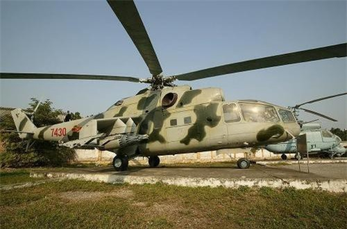 Những chiếc Mi-24 đầu tiên từ Liên Xô về đến Việt Nam vào cuối năm 1979. Ngày 11/1/1980, đội trực thăng vũ trang đầu tiên của Không quân Việt Nam được thành lập mang phiên hiệu phi đội 304 thuộc Trung đoàn 916.