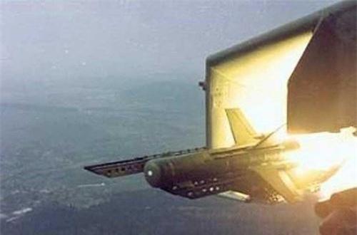 Tên lửa chống tăng AT-2 (định danh của NATO dành cho tổ hợp tên lửa 3M11 Fleyta) do Liên xô sản xuất từ năm 1964. Đạn tên lửa có trọng lượng 27kg, dài 116cm, đường kính thân 148mm, lắp đầu nổ chống tăng hiệu ứng nổ lõm nặng 5,4kg, tầm bắn 500m tới 2,5km.