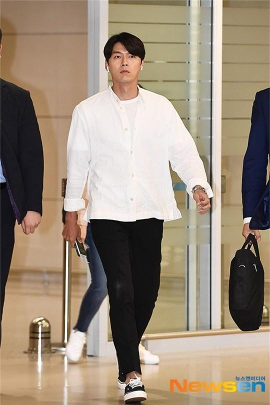 Hyun Bin mặc đồ giản dị ra sân bay mà tựa tổng tài và chiếc mũi thì sắc như muốn đòi mạng chị em - Ảnh 1.