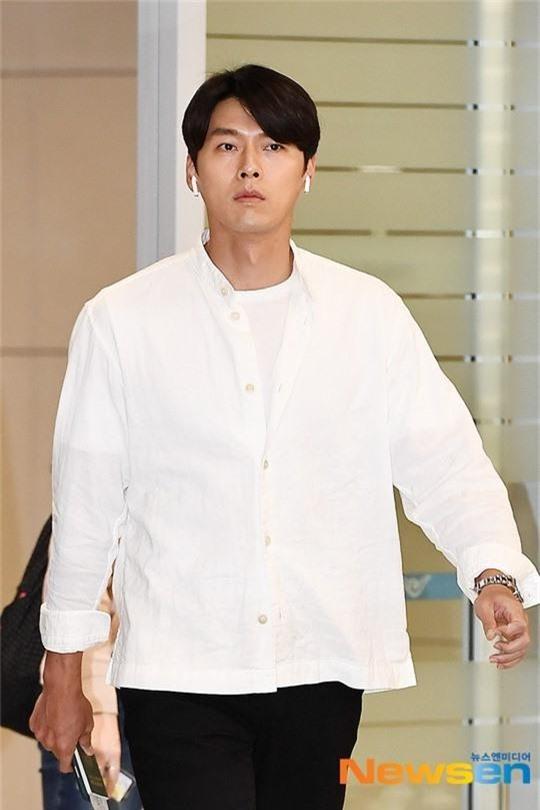 Hyun Bin mặc đồ giản dị ra sân bay mà tựa tổng tài và chiếc mũi thì sắc như muốn đòi mạng chị em - Ảnh 2.