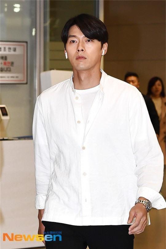Hyun Bin mặc đồ giản dị ra sân bay mà tựa tổng tài và chiếc mũi thì sắc như muốn đòi mạng chị em - Ảnh 3.