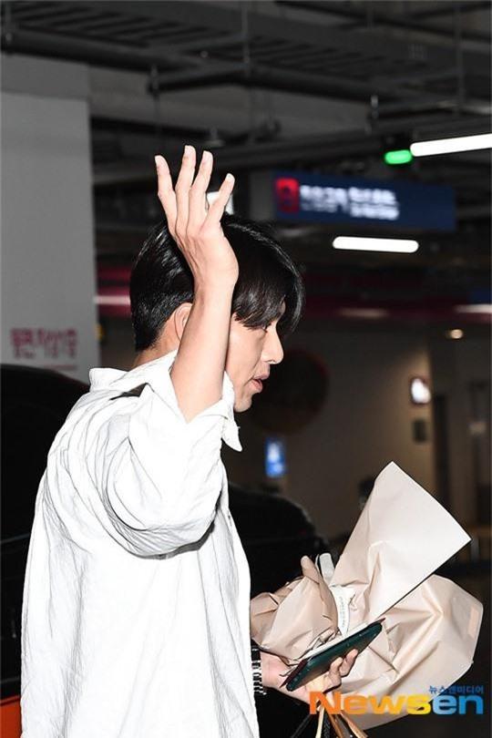 Hyun Bin mặc đồ giản dị ra sân bay mà tựa tổng tài và chiếc mũi thì sắc như muốn đòi mạng chị em - Ảnh 4.