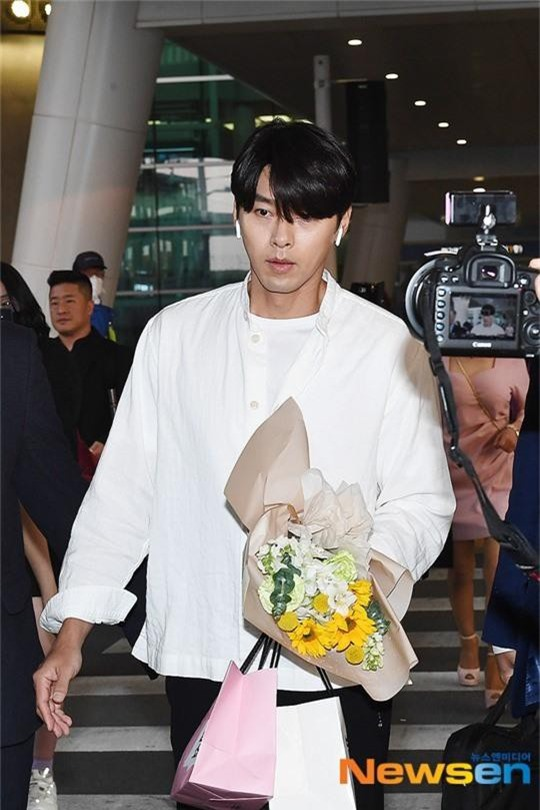 Hyun Bin mặc đồ giản dị ra sân bay mà tựa tổng tài và chiếc mũi thì sắc như muốn đòi mạng chị em - Ảnh 5.
