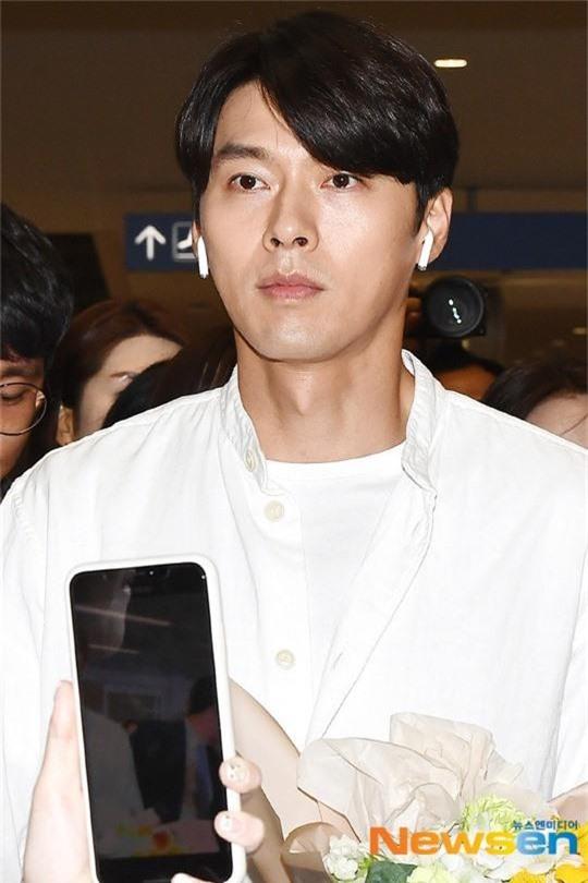 Hyun Bin mặc đồ giản dị ra sân bay mà tựa tổng tài và chiếc mũi thì sắc như muốn đòi mạng chị em - Ảnh 7.