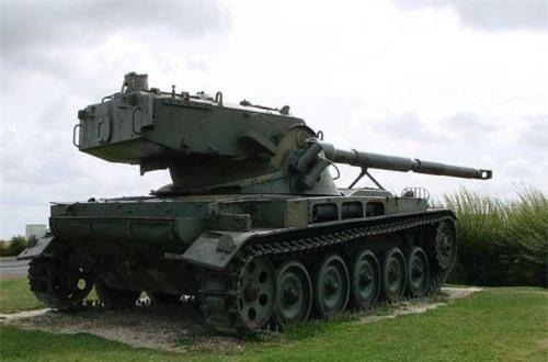 Kiểu thiết kế này được cho là nhằm tạo điều kiện lắp hệ thống nạp đạn tự động – công nghệ rất mới lúc bấy giờ, và chỉ được Liên Xô áp dụng từ đời xe tăng T-64 trở đi. Do đó, kíp lái xe tăng chỉ cần 3 người gồm: lái xe, trưởng xe và pháo thủ.