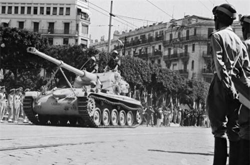 Về tính cơ động, AMX-13 được trang bị động cơ xăng làm mát bằng nước SOFAM Model 8Gxb 8 xi lanh công suất 250 mã lực cho tốc độ tối đa 60km/h, tầm hoạt động 400km.