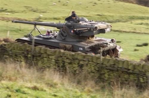 Điển hình là cách thiết kế bên trong, các xe tăng truyền thống chủ yếu sử dụng kết cấu khoang lái – khoang chiến đấu – khoang động cơ. Còn AMX-13 thì ngược lại, động cơ được bố trí phía trước xe, nằm tiếp sau là buồng điều khiển, cuối cùng là buồng chiến đấu.
