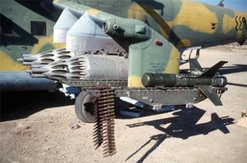 Hai bên hông trực thăng Mi-24 thiết kế hai cánh nhỏ vừa góp phần tăng lực nâng, vừa là điểm treo vũ khí. Mẫu Mi-24 mà Việt Nam nhận được có đến 6 điểm treo ở hai bên cánh cho phép mang tối đa bốn cụm ống phóng rocket cỡ 57mm và bốn tên lửa chống tăng.