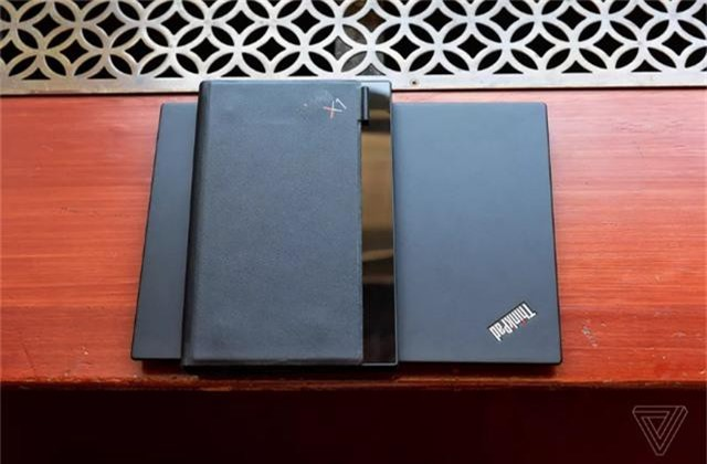 Choáng: Lenovo trình diễn chiếc laptop màn hình gập - Ảnh 3.