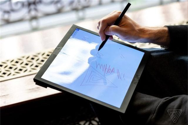 Choáng: Lenovo trình diễn chiếc laptop màn hình gập - Ảnh 5.