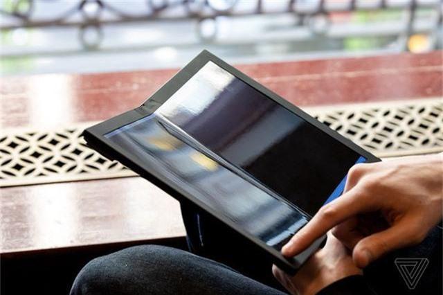 Choáng: Lenovo trình diễn chiếc laptop màn hình gập - Ảnh 6.