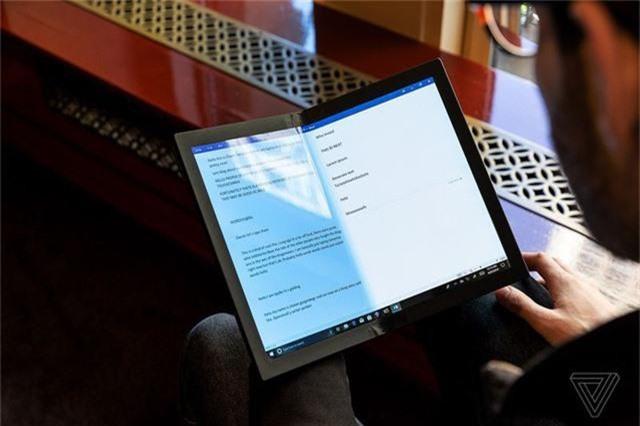 Choáng: Lenovo trình diễn chiếc laptop màn hình gập - Ảnh 7.