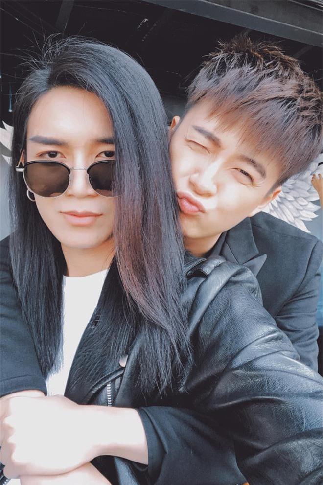Khỏi cần chờ đến hết Running Man mới kết hôn, BB Trần và Ngô Kiến Huy đã công khai gọi nhau là vợ chồng luôn rồi - Ảnh 1.