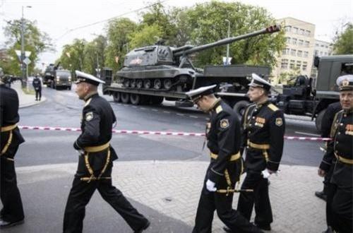 """Khoảng 10 khẩu 2S19M1 Msta-S đã được điều tới Kaliningrad vào hồi tháng 2/2019. Tuy nhiên, mới tới cuộc duyệt binh ngày 9/5 ở tỉnh này thì nó mới chính thức được công khai """"trước bàn dân thiên hạ""""."""