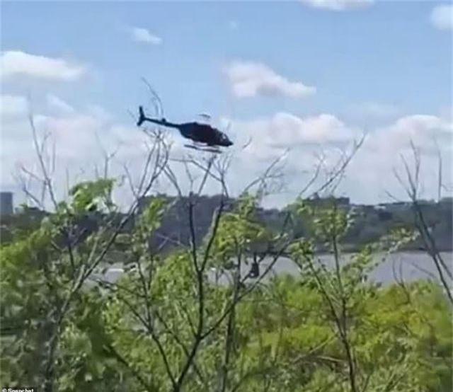Khoảnh khắc trực thăng lảo đảo rơi xuống sông ở New York - 1