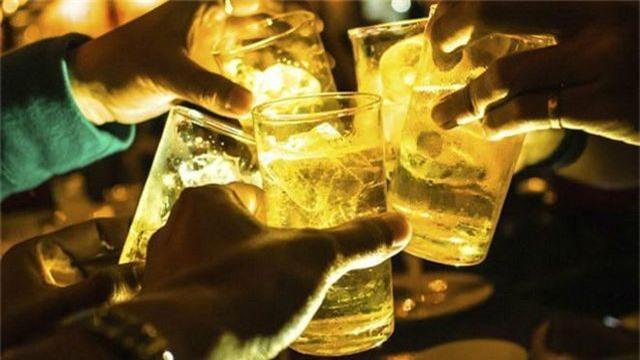 """Mỗi người Việt tiêu thụ 43 lít bia trong 1 năm, sức uống vẫn còn """"sung""""? - 1"""