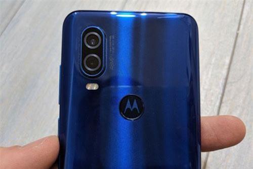 Bộ đôi camera sau của Motorola One Vision có độ phân giải 48 MP, khẩu độ f/1.7cho khả năng lấy nét theo pha, chống rung quang học (OIS) và cảm biến phụ 5 MP, f/2.2 giúp chụp ảnh xóa phông. Hai máy ảnh này được trang bị đèn flash LED 2 tông màu, quay video 4K.