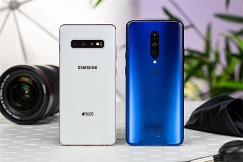 Samsung Galaxy S10 Plus và OnePlus 7 Pro (phải).