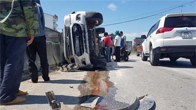Xe tải tông xe 7 chỗ lật nghiêng, 3 người thoát chết may mắn - 3