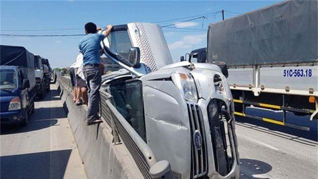 Xe tải tông xe 7 chỗ lật nghiêng, 3 người thoát chết may mắn - 4