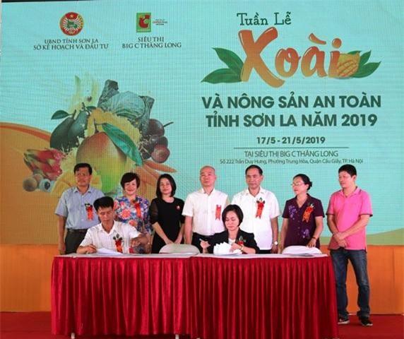 lễ ký kết tiêu thụ nông sản an toàn giữa đại diện doanh nghiệp tỉnh Sơn La với đại diện Big C Việt Nam.