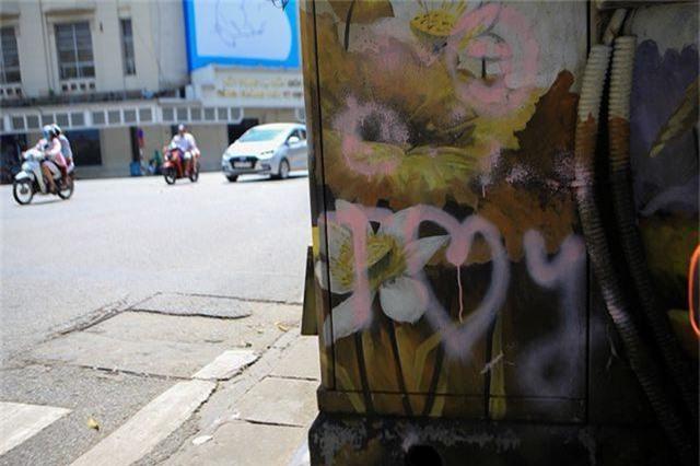 Hà Nội: Hàng loạt bốt điện quanh hồ Gươm bị bôi bẩn - 3