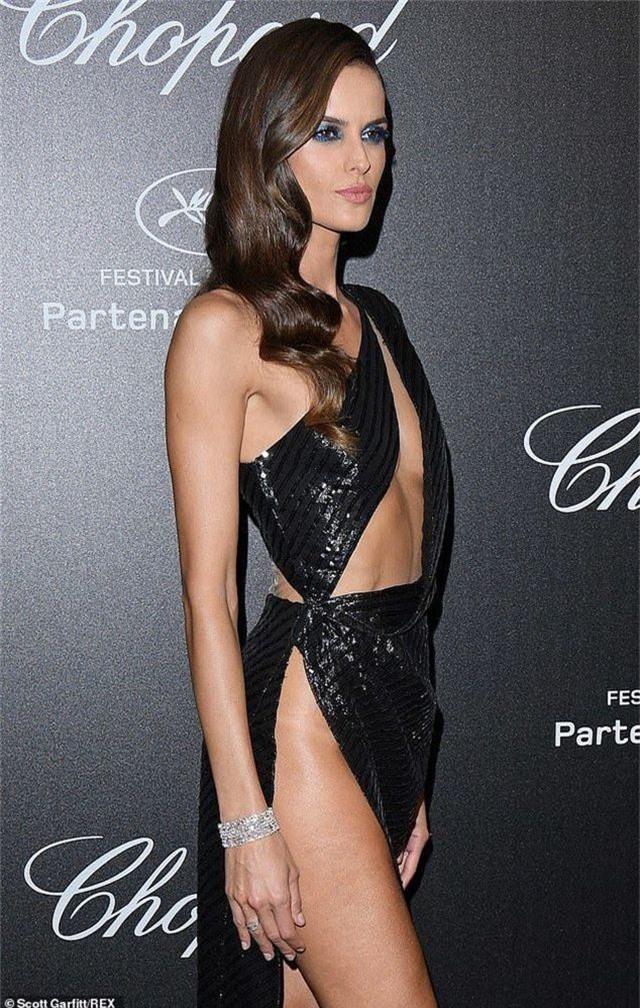 Choáng với váy xẻ bất tận của Izabel Goulart - 3