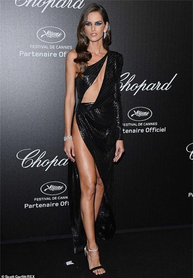 Choáng với váy xẻ bất tận của Izabel Goulart - 5
