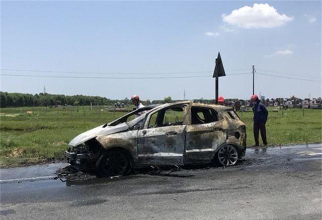 Xe Ford Ecosport bất ngờ cháy trơ khung nghi do bị quấn rơm dưới gầm - 2