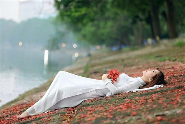 Thiếu nữ bâng khuâng kỷ niệm dưới tán phượng đỏ rực ven hồ - 13
