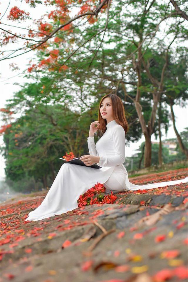 Thiếu nữ bâng khuâng kỷ niệm dưới tán phượng đỏ rực ven hồ - 7