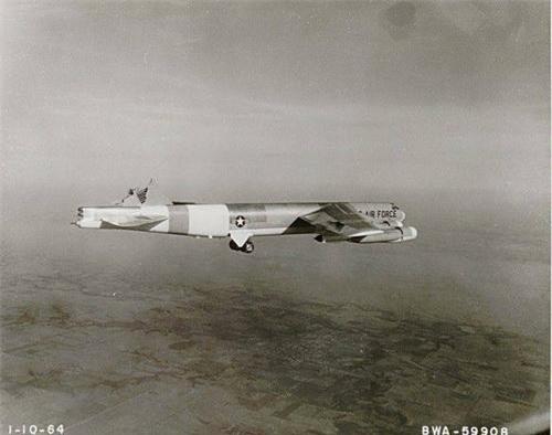 Chiếc B-52H vẫn tiếp tục bay mặc dù bị mất phần cánh đuôi đứng