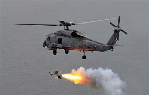 Trực thăng MH-60R Sea Hawk phóng tên lửa chống hạm AGM-119 Penguin