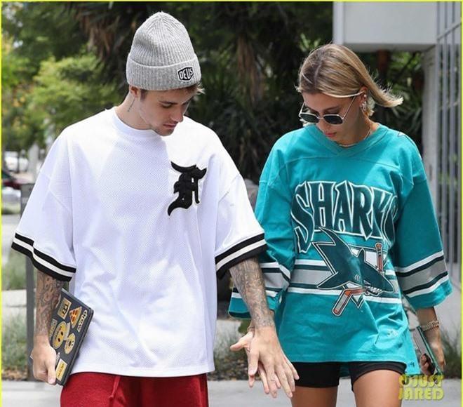 Giữa tâm bão tin đồn Selena kết hôn cùng tài tử 69 tuổi, Justin Bieber lại có biểu hiện này bên vợ - Ảnh 4.