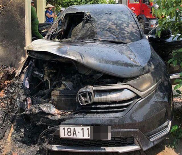 Honda CR-V bốc cháy giữa trưa nắng - 2