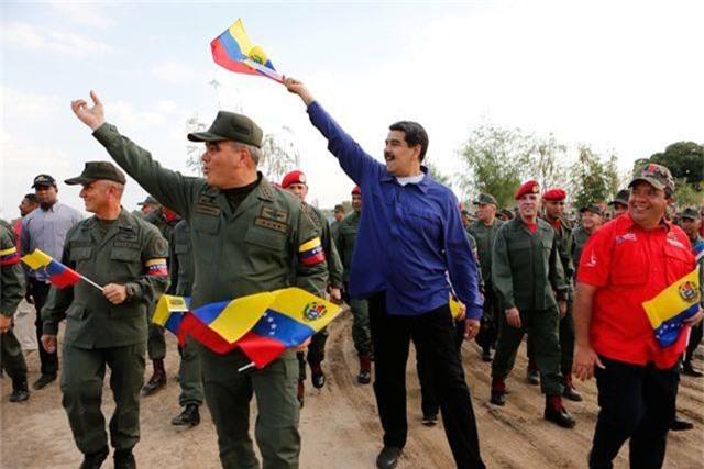 Quân đội Venezuela cảnh báo chờ Mỹ với vũ khí trong tay - 1