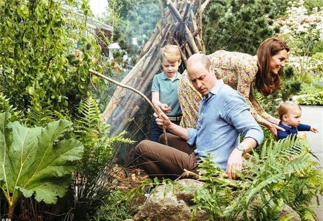 Sau tin đồn hôn nhân rạn nứt, Công nương Kate lặng lẽ đáp trả bằng một loạt bức hình gia đình chưa từng công bố, Hoàng tử út Louis trở thành tâm điểm nhờ điều này - Ảnh 1.