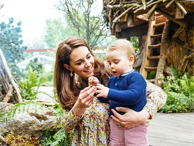 Sau tin đồn hôn nhân rạn nứt, Công nương Kate lặng lẽ đáp trả bằng một loạt bức hình gia đình chưa từng công bố, Hoàng tử út Louis trở thành tâm điểm nhờ điều này - Ảnh 4.