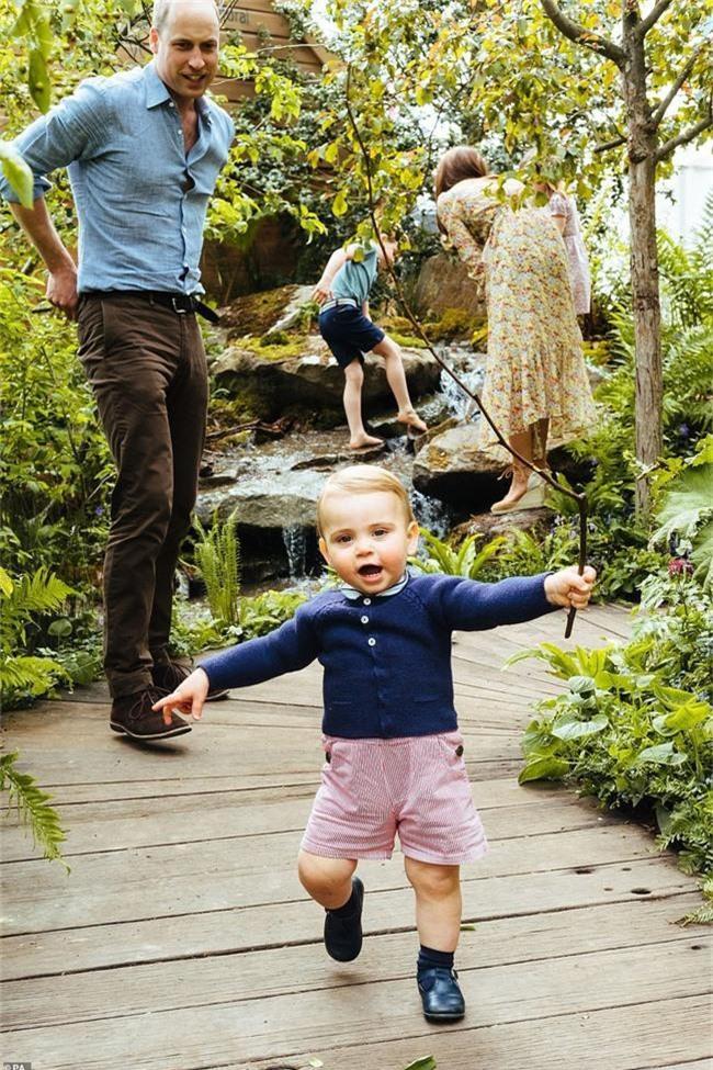 Sau tin đồn hôn nhân rạn nứt, Công nương Kate lặng lẽ đáp trả bằng một loạt bức hình gia đình chưa từng công bố, Hoàng tử út Louis trở thành tâm điểm nhờ điều này - Ảnh 5.