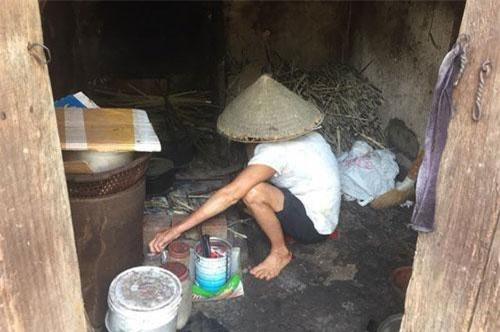 Tất cả mọi thứ trong ngôi nhà của bà đều nghèo nàn, đơn sơ.