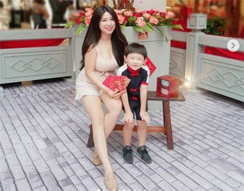 Bà mẹ đơn thân nóng bỏng bên con trai.