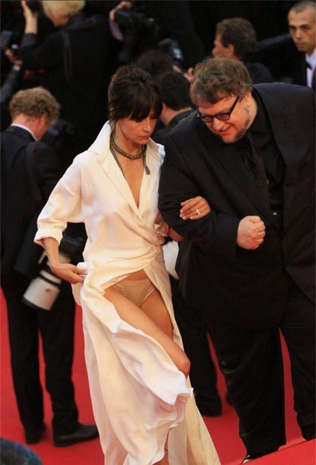 Khi người đẹp bị chê vì mặc hở hang tại LHP Cannes - 7