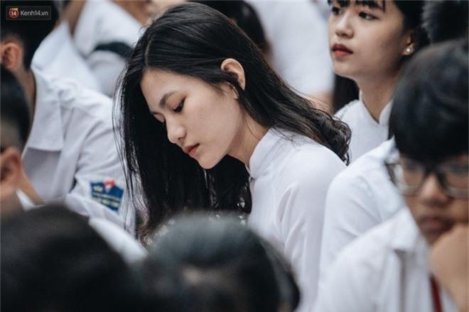 Mặc áo dài trắng đội mưa dự lễ bế giảng, dàn nữ sinh ngôi trường này gây thương nhớ vì quá xinh xắn - Ảnh 1.