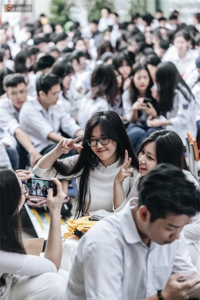 Mặc áo dài trắng đội mưa dự lễ bế giảng, dàn nữ sinh ngôi trường này gây thương nhớ vì quá xinh xắn - Ảnh 14.