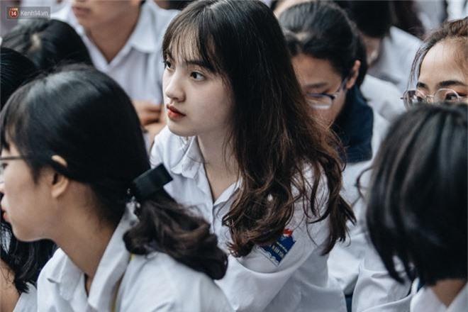 Mặc áo dài trắng đội mưa dự lễ bế giảng, dàn nữ sinh ngôi trường này gây thương nhớ vì quá xinh xắn - Ảnh 2.